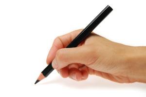鉛筆を持っている手