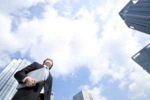 空を見上げているビジネスマン