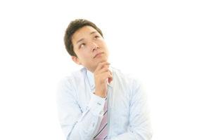 考えている若いビジネスマン