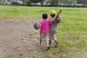 野球をする子供たち