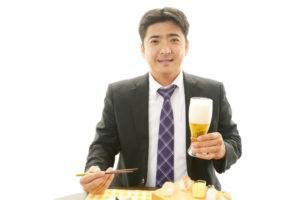 食事をしているビジネスマン