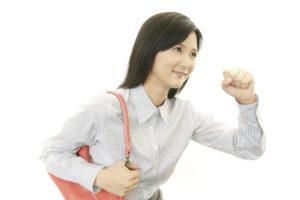 笑顔で出勤する女性