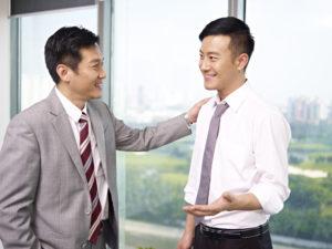 会話をしているビジネスマン