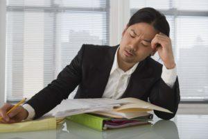 疲れがたまっているビジネスマン
