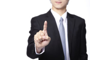人差し指を立てている男性