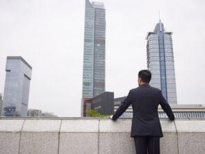 景色を眺めるビジネスマン