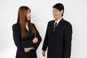 会話をするビジネスマンとビジネスウーマン
