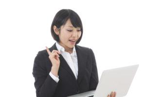 パソコンを操作するビジネスウーマン