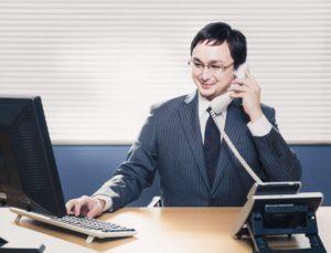 仕事をしているビジネスマン