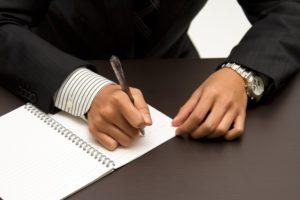 ノートを書くビジネスマン