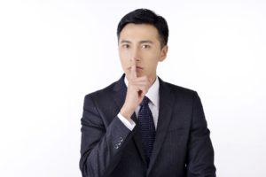 秘密を言うビジネスマン