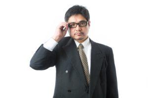 メガネを上げるビジネスマン