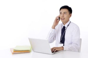 電話をしているビジネスマン